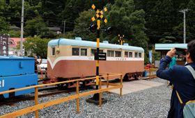 周回コースとなった明延鉱山のシンボル「一円電車」。踏切も設置された=養父市大屋町明延