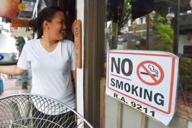 フィリピン・マニラの日本料理店入り口にある「禁煙」の張り紙=1月(共同)