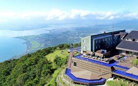 新設された「ノーステラス」越しに琵琶湖の雄大なパノラマが広がる。ゆったりと時が流れているようだ(7月31日、大津市木戸)=小型無人機から