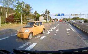 観光バスのドライブレコーダーに写る、北海道七飯町の国道を逆走しながらバスの前を横切る軽乗用車=16日(時計台バス提供)