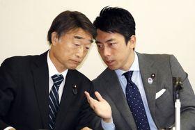 自民党の厚労部会長としてデビューした小泉進次郎氏。左は根本厚労相=22日午後、東京・永田町の党本部