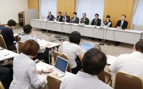日本産科婦人科学会が開いた記者会見。「新出生前診断」の拡大凍結の方針を発表した=22日午後、東京都千代田区