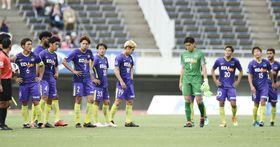 広島―C大阪 C大阪に敗れ、肩を落とす広島イレブン=Eスタ