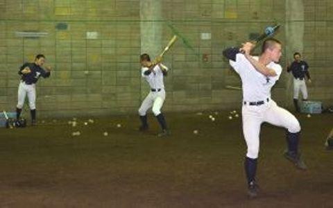 平日、専用の屋内練習場で打撃練習に取り組む東海大札幌高の野球部員