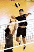 トルコ合宿への出発当日も自主練習に汗を流す東レの李(右)と藤井=東レ体育館