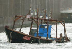 秋田県由利本荘市の「本荘マリーナ」付近に漂着した木造船=11月24日