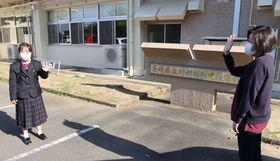 長女みのりさん(左)を見送る浦上さん=県立川棚特別支援学校