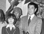 佐藤純弥監督の映画「野性の証明」の製作発表。出演した高倉健さん(右)と薬師丸ひろ子さん(左)=1978年3月、東京都内のホテル