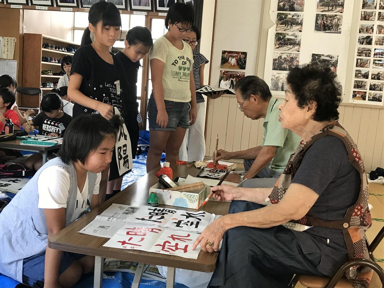 毎年8月に行う寺子屋塾では、書道など多彩なメニューを実施。子どもたちの明るい声が響く=2018年8月、長崎県大村市(松原宿活性化協議会提供)