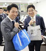買い物を終え、持参したマイバッグを見せる小泉環境相(左)と加藤厚労相=6日午後、東京・霞が関の中央合同庁舎5号館