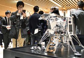 記者発表で披露された宇宙ベンチャー「ispace」の月面着陸船の縮小模型=13日午後、東京都中央区