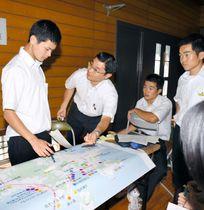 島内の地図を見ながら危険箇所を確認する伯方分校生