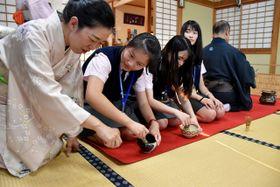 茶のたて方を学ぶ台湾の南山高級中学の生徒ら
