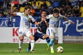前半、ゴール前に攻め込むも阻まれる福岡・松田(中央)