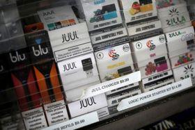 米ニューヨーク・マンハッタンの店舗に並ぶ電子たばこ関連商品=10日(ロイター=共同)