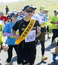 一般ランナーと一緒にコースを走る「ランニングポリス」=21日、東京都の荒川河川敷