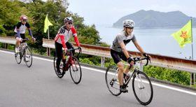 佐田岬半島を快走するサイクリスト