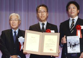 新聞広告大賞を受賞したパナソニックの竹安聡執行役員(中央)=19日午後、東京都内