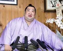 大相撲初場所の優勝から一夜明け、記者会見で笑顔を見せる徳勝龍=27日午前、東京都墨田区の木瀬部屋