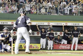 10回、ソフトバンク・中村晃(手前)のファウル判定がリクエストで覆り、喜ぶソフトバンクベンチ=ほっともっと神戸