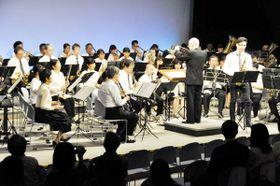 34年ぶりに復活した富田中「吹奏楽の夕べ」。卒業生の住友紀人さん(前列右端)も出演した=徳島市の県立21世紀館