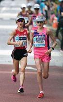 18キロ付近で鈴木亜由子(左)と競り合う前田穂南=東京都内(代表撮影)