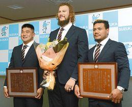 ラグビーワールドカップで活躍した(左から)具選手、スナイマン選手、レメキ選手=9日、鈴鹿市役所で