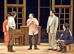 迫力ある演技を繰り広げる大原さん(右から2人目)ら