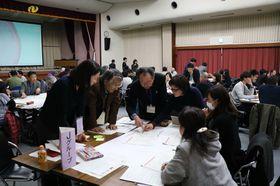 新市庁舎の設計案について意見交換する参加者=長崎市桜町、県勤労福祉会館