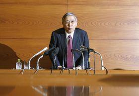 金融政策決定会合後に行われた記者会見を終え、席を立つ日銀の黒田総裁=19日午後、日銀本店