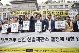 ソウルで集会を開く良心的兵役拒否者の支援者ら=2018年6月(聯合=共同)