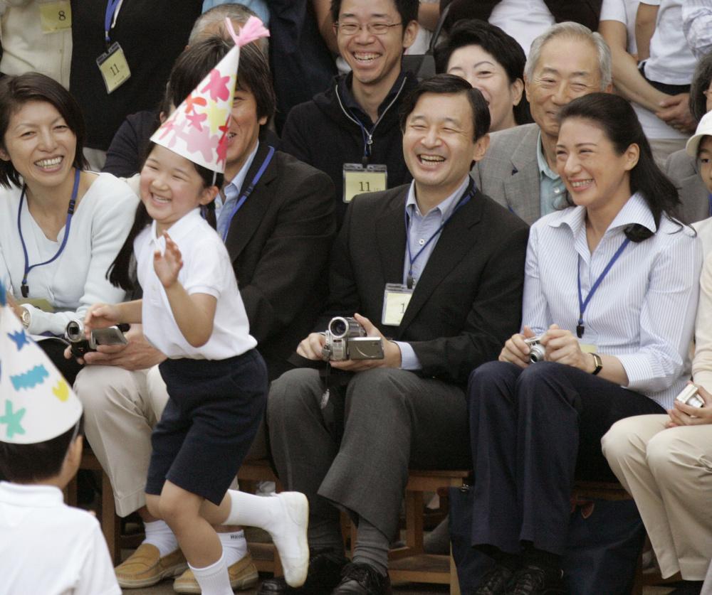 学習院幼稚園の運動会で、お遊戯をする愛子さまを笑顔で見守られる天皇、皇后両陛下=2007年10月6日、東京都豊島区