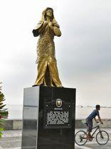 フィリピン・マニラ湾沿いに設置された慰安婦問題を象徴する女性の像=11日(共同)