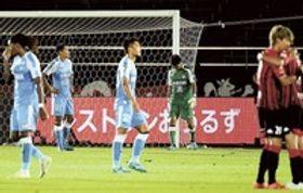 札幌―磐田 試合に敗れ肩を落とす磐田イレブン=札幌・厚別