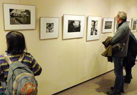 ユージン・スミスさんらが撮影した水俣湾の漁や水俣病の患者らの写真が並ぶ会場(京都市下京区、ひと・まち交流館京都)
