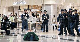 不審者を取り押さえ、ドローンで不審物を探す参加者=小松市内の商業施設