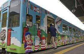 公開された三陸鉄道リアス線のラッピング列車「スクラムいわてフィフティーン号」=25日、岩手県釜石市