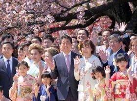 2019年4月、「桜を見る会」で招待客と記念写真に納まる安倍首相(当時、中央左)と昭恵夫人ら