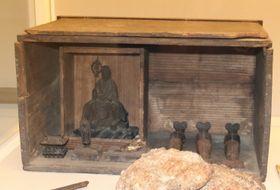 イエス誕生の情景を再現した潜伏キリシタンの信仰用具とみられる「馬小屋」=大浦天主堂キリシタン博物館
