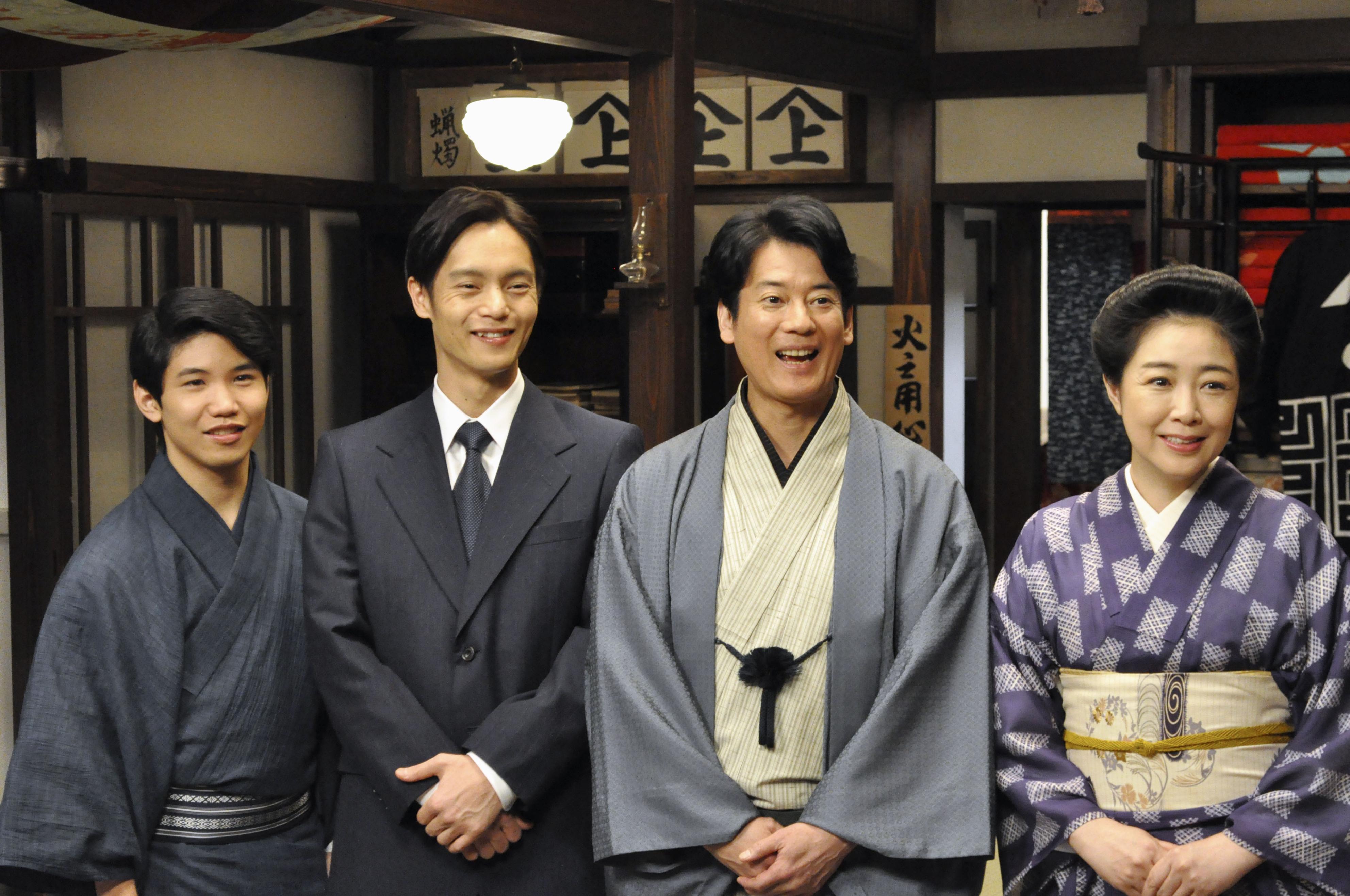 NHKの連続テレビ小説「エール」の主人公、古山裕一役の窪田正孝さん(左から2人目)ら=東京・渋谷のNHK放送センター