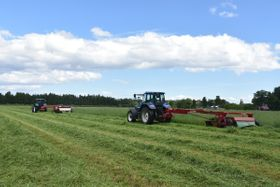 一番草の刈り取りが始まった奥羽牧場