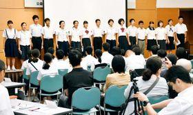まつやま中学生海外派遣団のメンバーが米国やドイツでの体験を披露した報告会