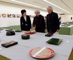 研究生から解説を聞き、作品を鑑賞する来場者=高松市番町、県文化会館