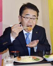 愛知県庁で名古屋名物のみそカツを食べ、地元産豚肉の安全性をPRする大村秀章知事=20日午後