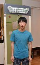 自宅にある懸垂を行うトレーニング機器の前で、全国大会への意欲を語る宮崎さん