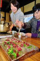 シカ肉のしゃぶしゃぶやカレーを楽しむ参加者=篠山市川原