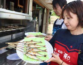 こんがりと焼けたアユを味わえる「鮎ガーデン」(京丹波町坂原・道の駅「和」)