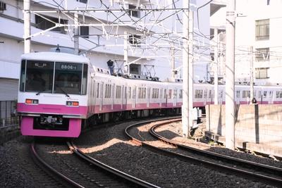 新津田沼駅を出てすぐの急カーブを走る新京成線の電車