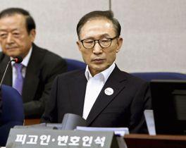 初公判で被告席に着く韓国の元大統領、李明博被告=23日、ソウル中央地裁(共同)