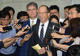 17日、訪問先のソウルで報道陣の取材に応じる米国務省のスティルウェル次官補(共同)